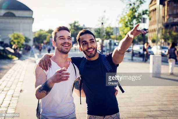 Couple homosexuel voyager à travers les villes d'Europe orientales