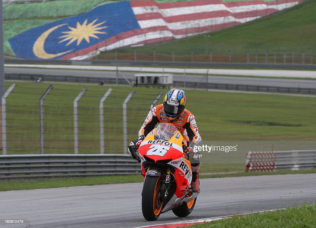 Honda MotoGP rider Dani Pedrosa of Spain approaches turn four on the third day of the pre-season MotoGP test session at the Sepang circuit outside Kuala Lumpur on February 28, 2013. AFP PHOTO / Peter LIM