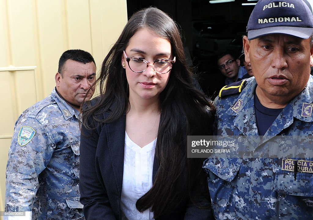Honduran former model Ilsa Vanessa Molina (C) is escorted by policemen after being formally prosecuted and held on remand accused of assets laundering to the detriment of the the Honduran Institute of Social Security (IHSS), in Tegucigalpa, on June 27, 2016. According to the Public Ministry, Molina laundered assets for more than 9.6 million lempiras (435,200 dollars) through fraudulent contracts with a fake company. / AFP / ORLANDO