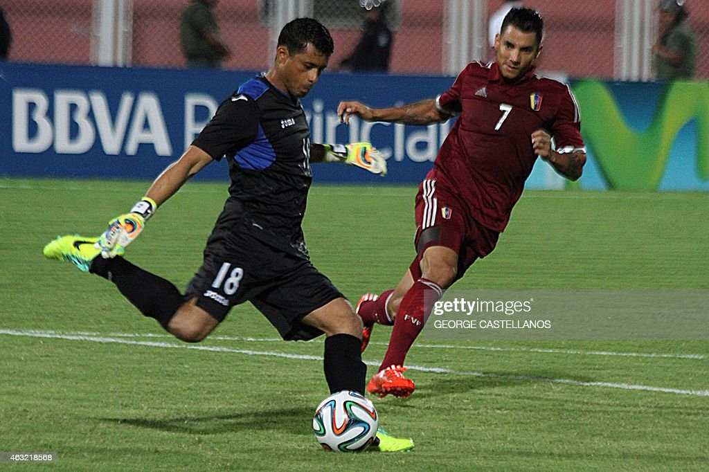 Honduran goalkeeper Noel Valladares (L) vies for the ball with Venezuelan Richard Blanco (R) during a friendly football match in Agustin Tovar la Carolina stadium in Barinas, Venezuela on February 11, 2015.