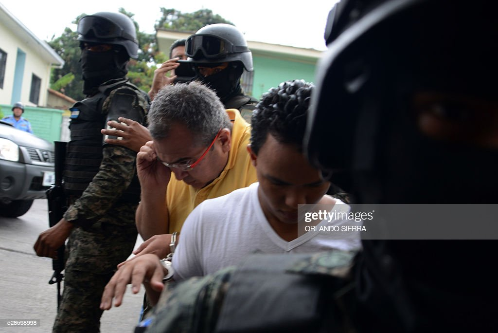 Honduran police and Military Police personnel take into custody Sergio Ramon Rodriguez (2-L) and Edilson Duarte (2-R) suspect in the murder of environmentalist Berta Caceres, in Tegucigalpa on May 6, 2016. A judge ordered Tuesday preventive detention of four suspects in the killing of indigenous leader Berta Caceres, occurred last March. / AFP / ORLANDO