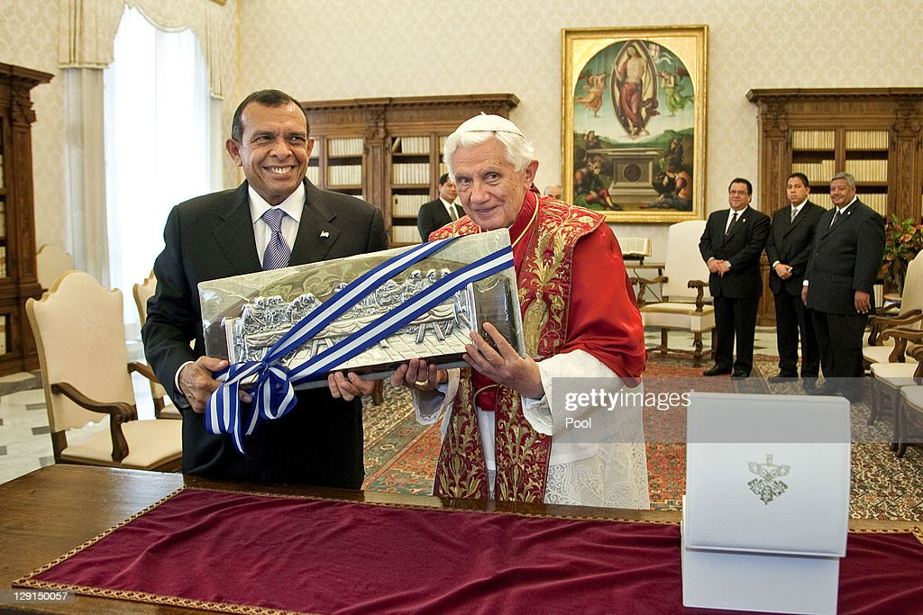 Honduran President Porfirio Lobo Sosa (L) stands with Pope Benedict XVI (2nd L) at his private library on October 13, 2011 in Vatican City the Vatican.