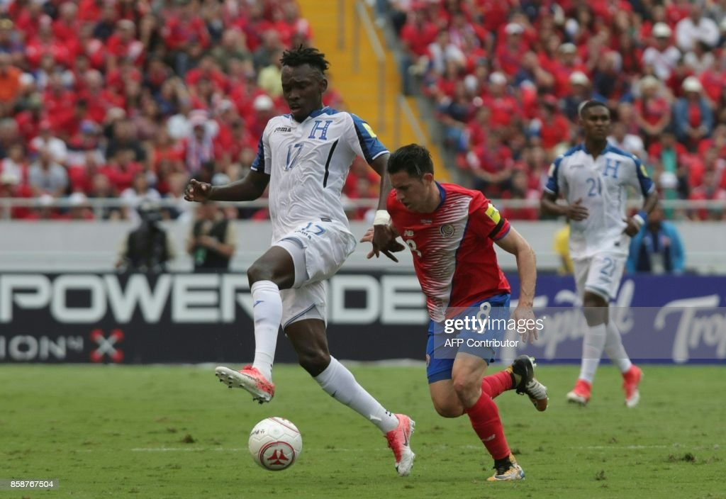 Honduras' Alberth Elis (L) and Costa Rica's Bryan Oviedo vie for the ball during their 2018 World Cup qualifier football match in San Jose on October 7, 2017. / AFP PHOTO / Jorge RENDON
