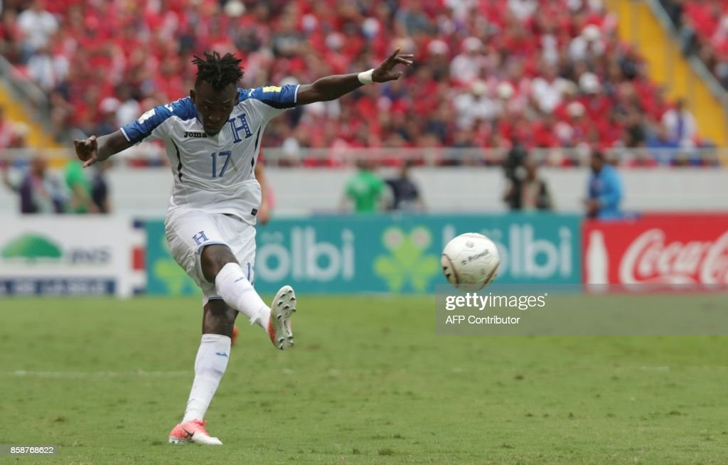 Honduras' Alberth Elis shoots during their 2018 World Cup qualifier football match against Costa Rica, in San Jose, on October 7, 2017. / AFP PHOTO / Jorge RENDON