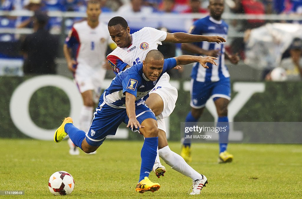 Honduras' Alexander Fuentes (C) vies with Costa Rica's Junior Diaz during a CONCACAF Gold Cup quarterfinal match in Baltimore on July 21, 2013. AFP PHOTO/JIM WATSON