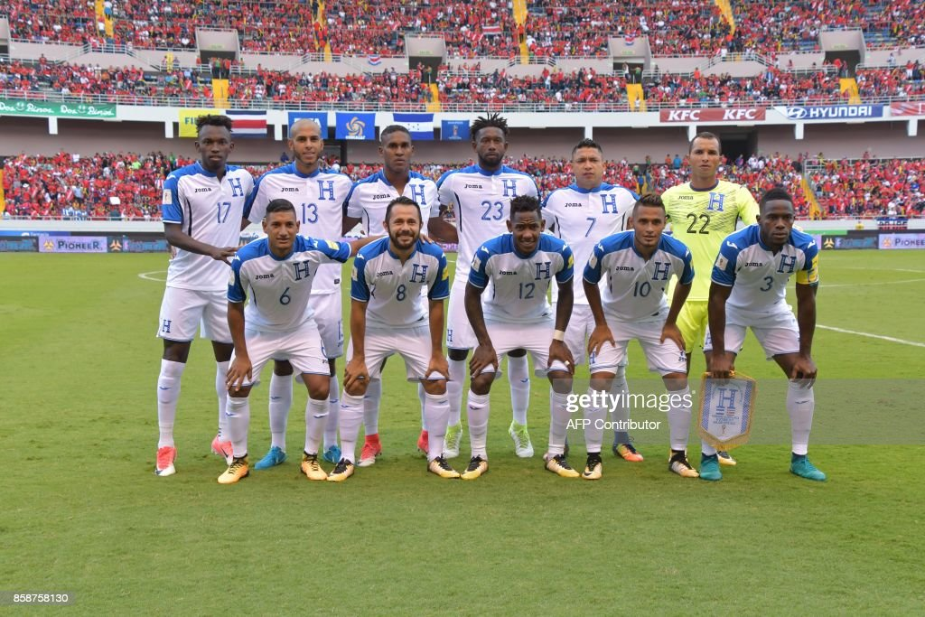 Honduras' football team poses for a picture before their 2018 World Cup qualifier football match against Costa Rica, in San Jose on October 7, 2017. / AFP PHOTO / EzequielBECERRA