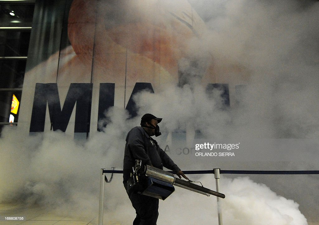Honduras' Health Ministry personnel fumigates against the dengue mosquito in Tegucigalpa, on May 15, 2013. AFP PHOTO/Orlando SIERRA.