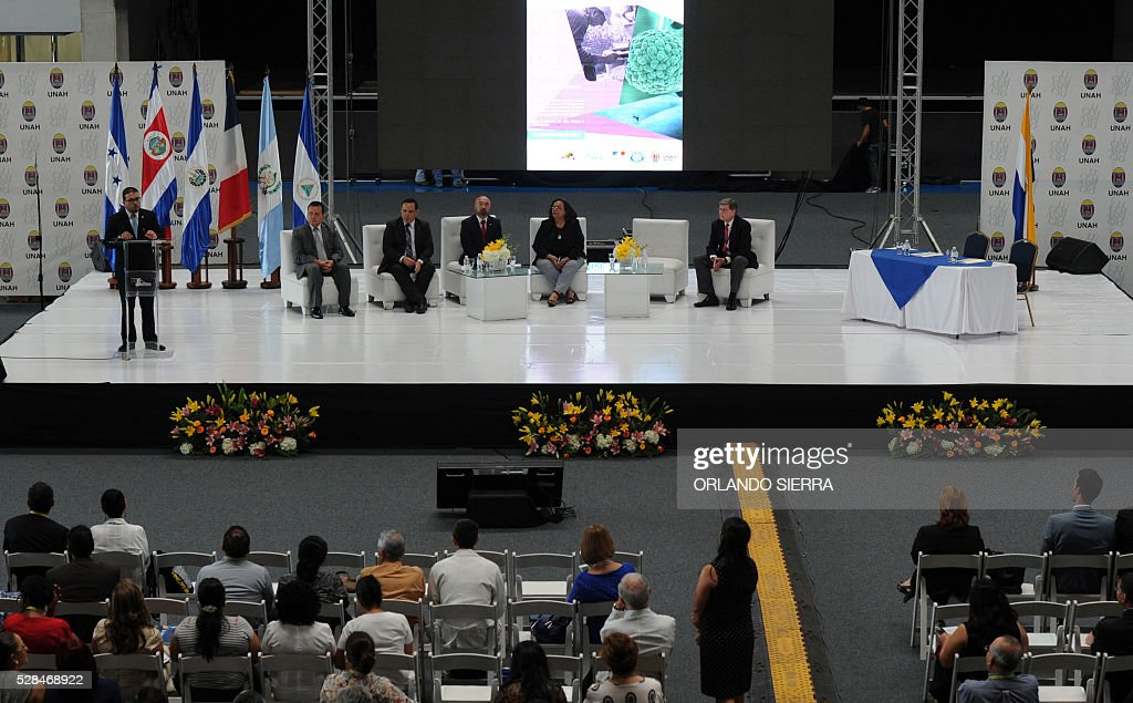 Honduras' Health under-secretary Francis Contreras (L), delivers a speech during the First Symposium on Dengue, Chikungunya and Zika, in Tegucigalpa on May 5, 2016. A bacterium known as Wolbachia, which is fairly common in insects, can reduce mosquitoes' ability to spread the Zika virus, researchers in Brazil said on May 4. Similar tests have previously been done using the bacteria to slow the spread of dengue fever and chikungunya. / AFP / ORLANDO