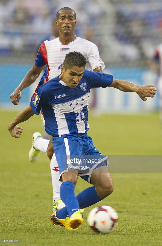 Honduras' Jorge Claros (C) tries for a shot as Costa Rica's Roy Miller looks on during a CONCACAF Gold Cup quarterfinal match in Baltimore on July 21, 2013.