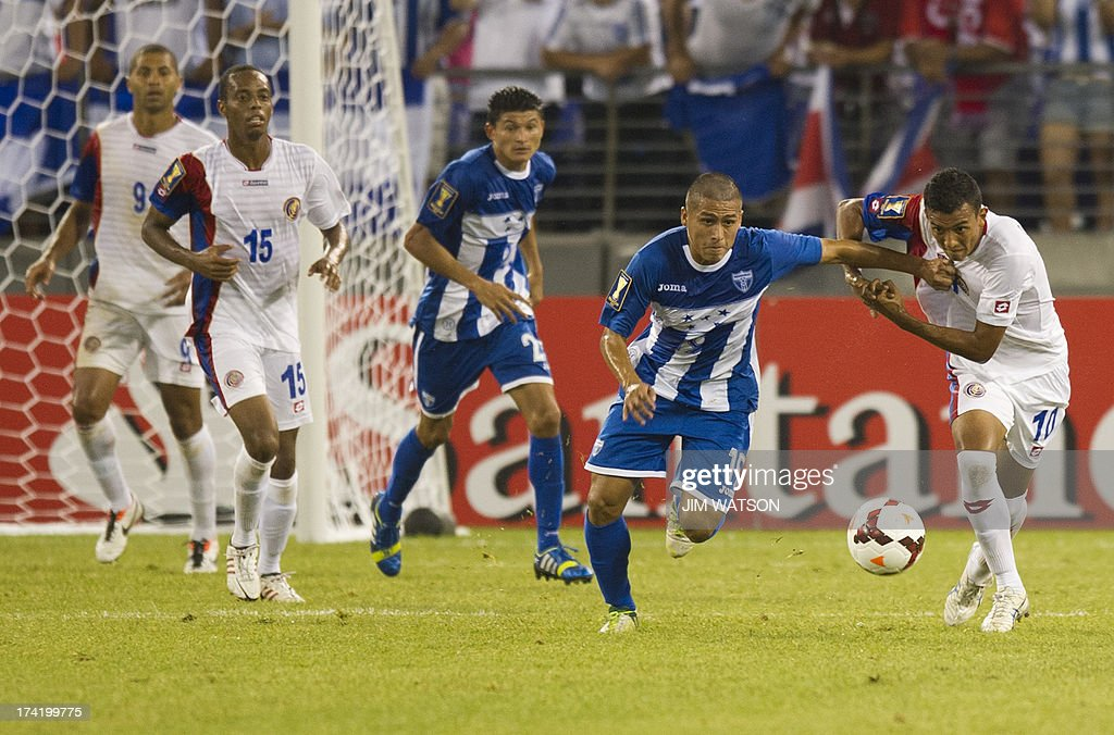 Honduras' Mario Berrios (2nd R) vies with Costa Rica's Osvaldo Rodriguez (R) during a CONCACAF Gold Cup quarterfinal match in Baltimore on July 21, 2013.