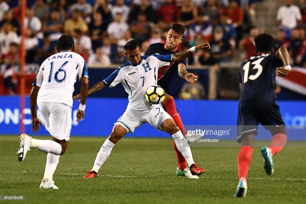 Honduras' midfielder Carlos Discua (#7) and Costa Rica's defender Francisco Calvo (back) vie for the all during their 2017 Concacaf Gold Cup Group A match at the Red Bull Arena in Harrison, New Jersey, on July 7, 2017. / AFP PHOTO / Jewel SAMAD
