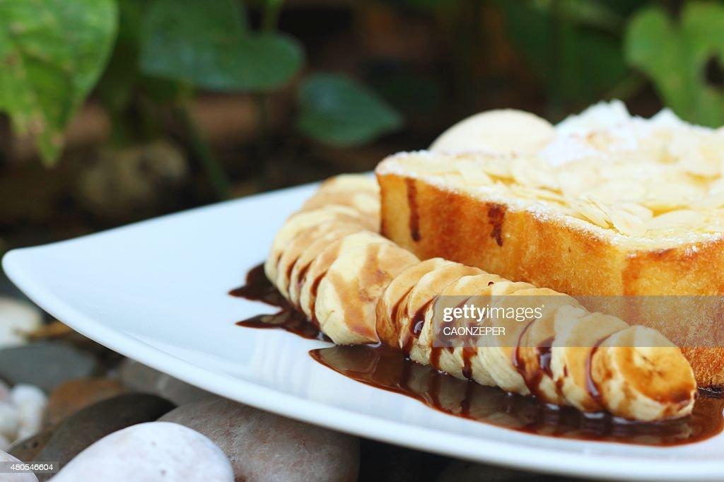 Marrón tostado en blanco plato de pasta de compras : Foto de stock