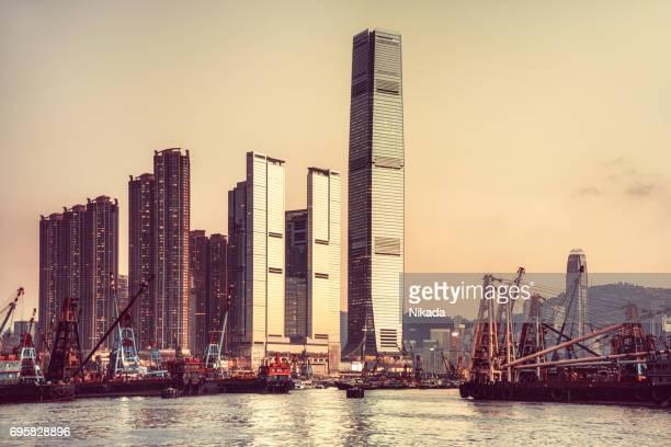 Hong Kong Skyline und Containerladung Frachtschiff