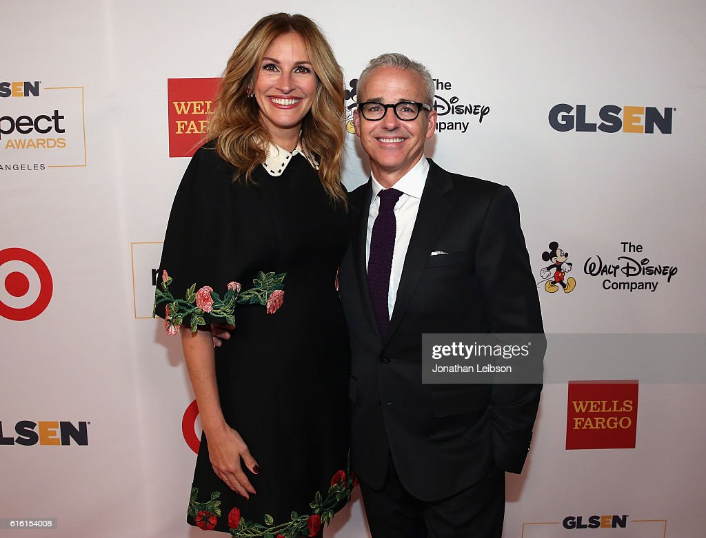 Honorary Co-Chair Julia Roberts (L) and honoree Jess Cagle attend the 2016 GLSEN Respect Awards - Los Angeles at the Beverly Wilshire Four Seasons Hotel on October 21, 2016 in Beverly Hills, California.