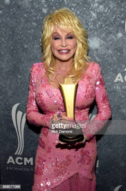 Honoree Dolly Parton poses with the Gary Haber Lifting Lives Award backstage during the 11th Annual ACM Honors at the Ryman Auditorium on August 23...
