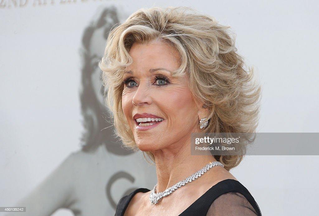 Прически на средние волосы для женщин 60 лет