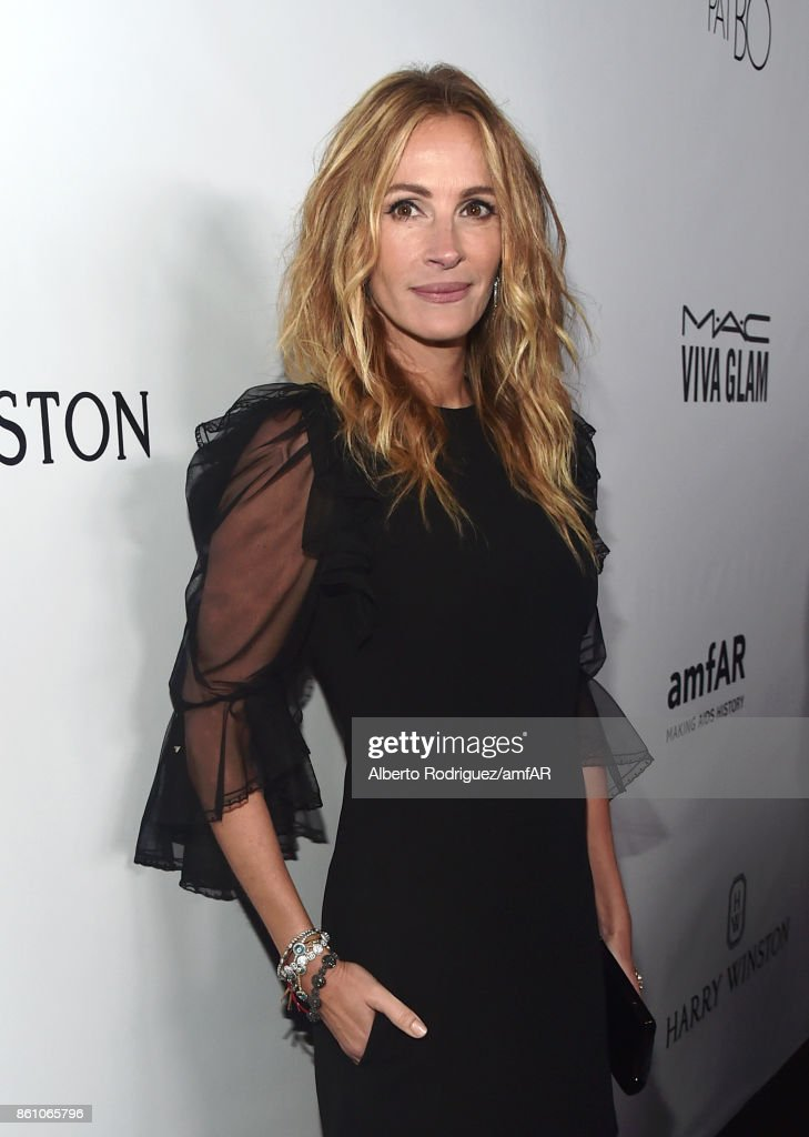 Honoree Julia Roberts attends the amfAR Gala Los Angeles 2017 at Ron Burkle's Green Acres Estate on October 13, 2017 in Beverly Hills, California.