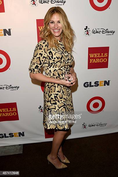 Honoree Julia Roberts poses backstage with the GLSEN Respect Humanitarian Award during the 10th annual GLSEN Respect Awards at the Regent Beverly...