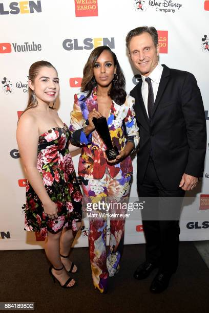 Honoree Kerry Washington GLSEN National Student Council member Em Gentry and Tony Goldwyn pose with the Inspiration Award at the 2017 GLSEN Respect...
