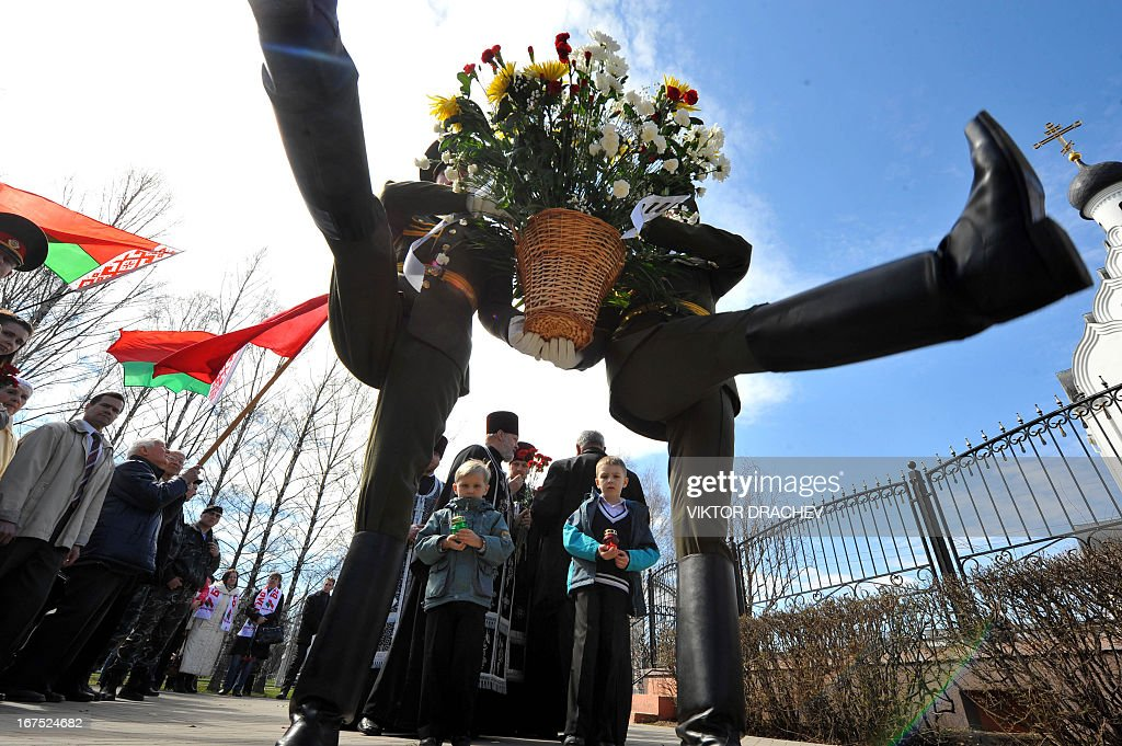 Honour guards lay flowers at the Chernobyl victims' memorial in the Belarus capital Minsk on April 26, 2013. The world marked today the 27th anniversary of the world's worst nuclear disaster at Chernobyl nuclear pant in Ukraine. / AFP / VIKTOR