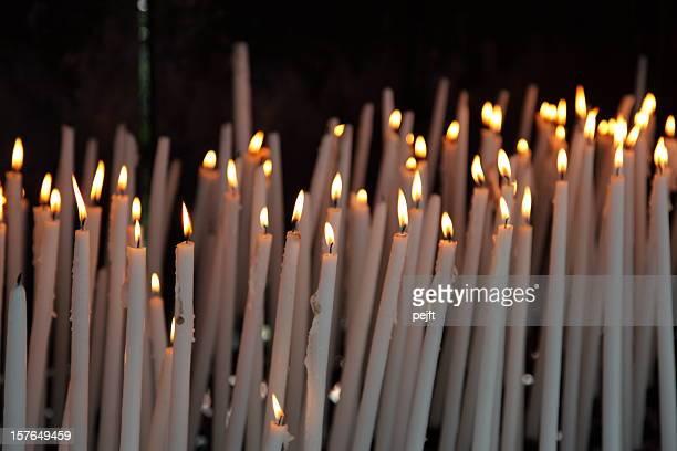 Wir hoffen und glauben-light eine Kerze in Lourdes.