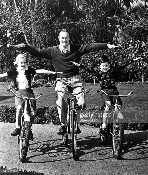 Hope Bob *Schauspieler Komiker Entertainer USA fährt mit seinen Kindern freihändig Fahrrad 1955