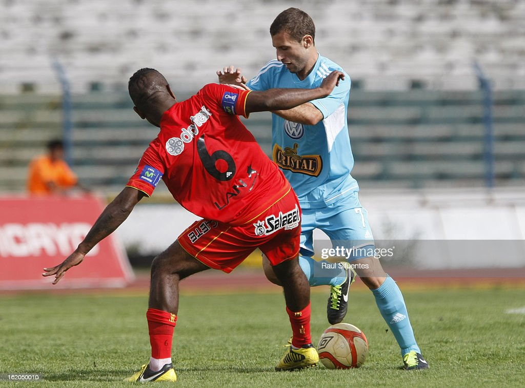 Horacio Calcaterra of Sporting Cristal fights for the ball with Jose Mendoza of Sport Huancayo during a match between Sport Huancayo and Sporting Cristal as part of The Torneo Descentralizado 2013 at the Huancayo Stadium on February 18, 2013 in Huancayo, Peru