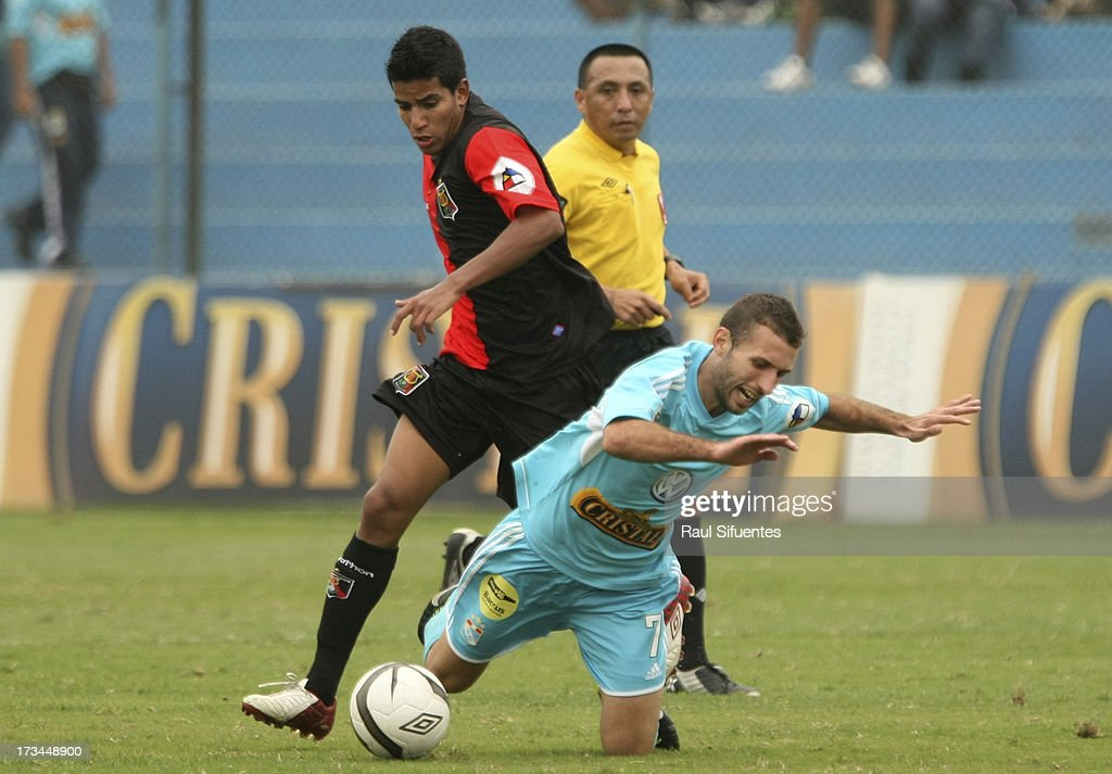 Horacio Calcaterra (R) of Sporting Cristal fights for the ball with Giovany Morales (L) of Melgar FC during a match between Sporting Cristal and Melgar FC as part of the Torneo Descentralizado 2013 at Alberto Gallardo Stadium on July 14, 2013 in Lima, Peru.