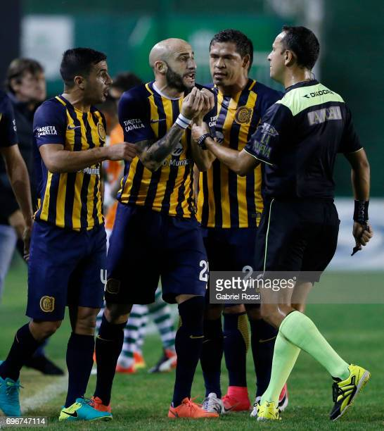 Horacio Pinola of Rosario Central appeals to referee Dario Herrera during a match between Banfield and Rosario Central as part of Torneo Primera...