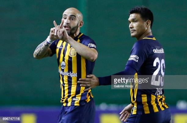 Horacio Pinola of Rosario Central reacts during a match between Banfield and Rosario Central as part of Torneo Primera Division 2016/17 at Florencio...