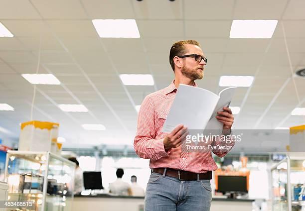 Horizontal plan d'un homme lisant une brochure