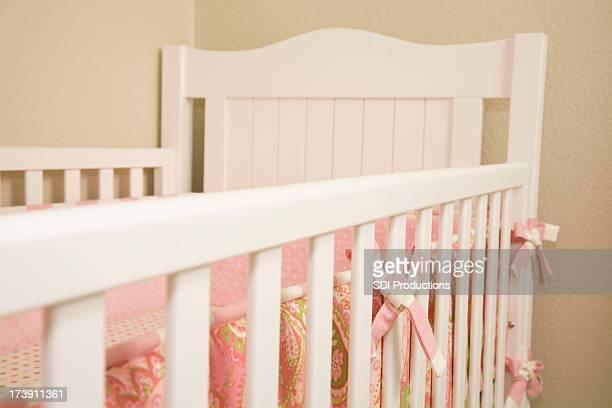 Horizontale Ansicht von Baby im Kinderbett