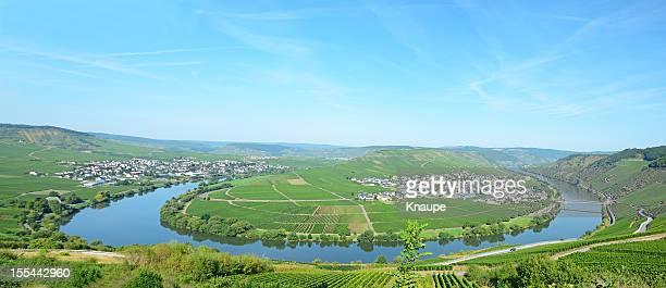 Horse shoe bend Fluss Mosel mit kleinen Dorf in den vineyards