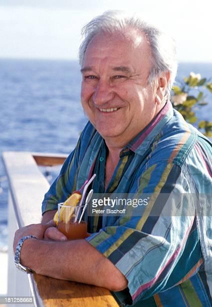 Horst Bollmann neben den Dreharbeiten zur ZDFReihe 'Traumschiff' Folge 23 'Hongkong' MS 'Berlin' Kreuzfahrtschiff Kreuzfahrt auf Deck Meer Reling...