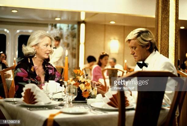Horst Frank Elisabeth Wiedemann ZDFReihe 'Traumschiff' Folge 2 'Karibik/Barbados' MS 'Vistafjord' Abendessen Dinner festlich romantisch Restaurant...