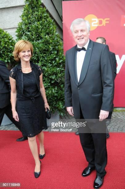Horst Seehofer Ehefrau Karin 21 Bayerischer Fernsehpreis 2009 Preis 'Der Blaue Panther' Prinzregententheater München Bayern Deutschland Europa roter...