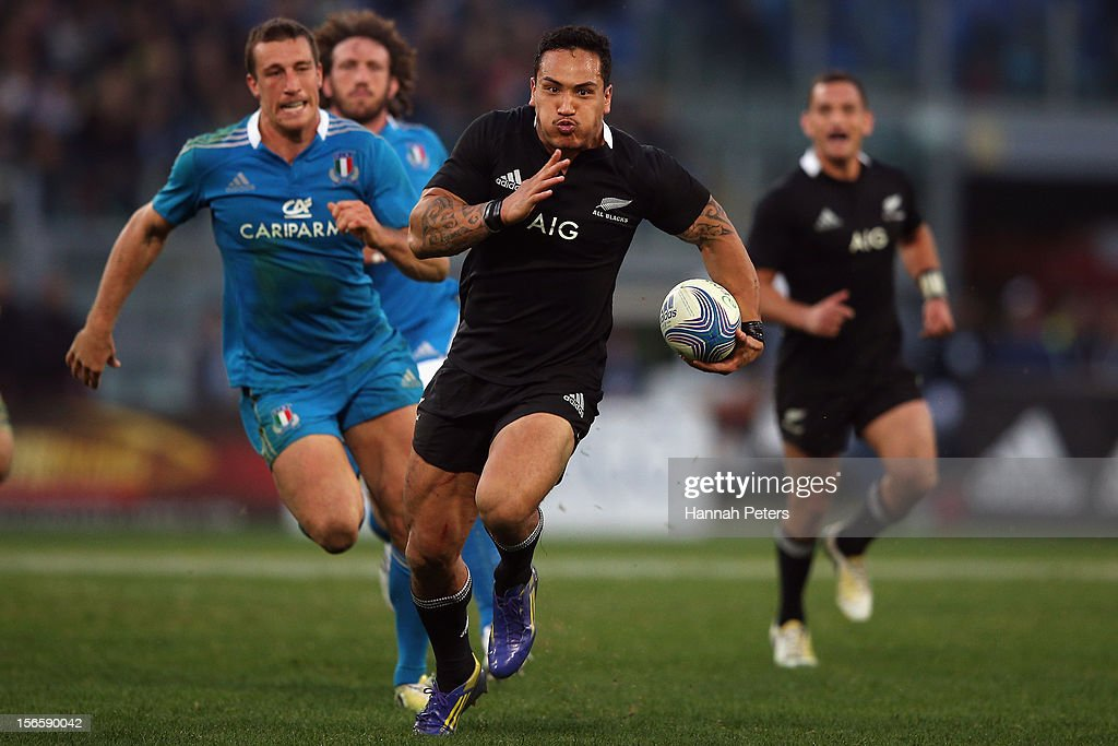 <a gi-track='captionPersonalityLinkClicked' href=/galleries/search?phrase=Hosea+Gear&family=editorial&specificpeople=561803 ng-click='$event.stopPropagation()'>Hosea Gear</a> of the All Blacks makes a break during the international rugby match between Italy and New Zealand at Stadio Olimpico on November 17, 2012 in Rome, Italy.