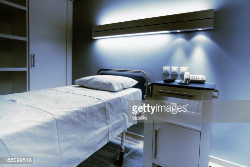 病院のベッドでご宿泊