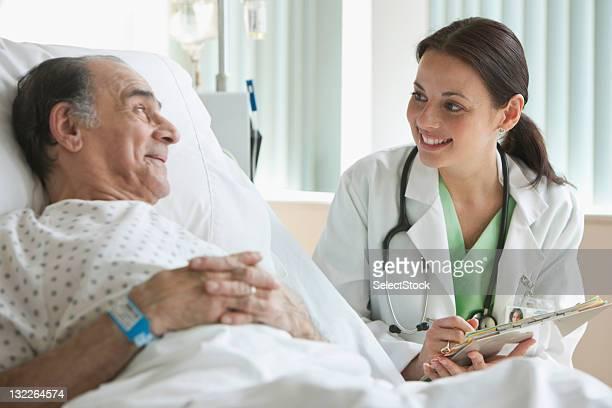 Krankenhaus Arzt überprüfen auf ältere Mann