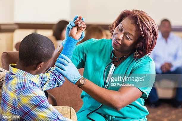 Hôpital Infirmière vérification de preteen patient blessé bras