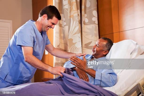 Personal sanitario de Hospital ayudando a senior paciente