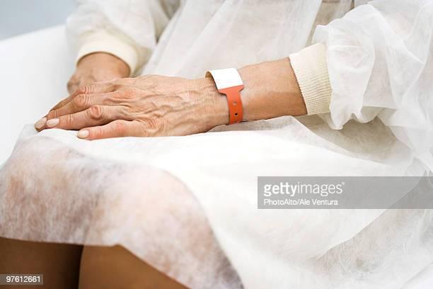 Hospital doente à espera com as mãos na piscina, cortada
