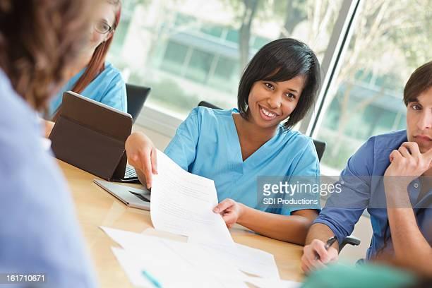 Krankenhaus Personal meeting im Tagungsraum zu besprechen des Patienten Diagnose