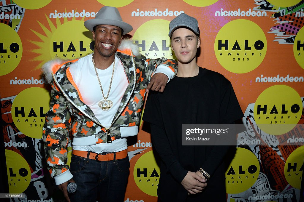 Host Nick Cannon (L) and recording artist Justin Bieber attend the 2015 Nickelodeon HALO Awards at Pier 36 on November 14, 2015 in New York City.