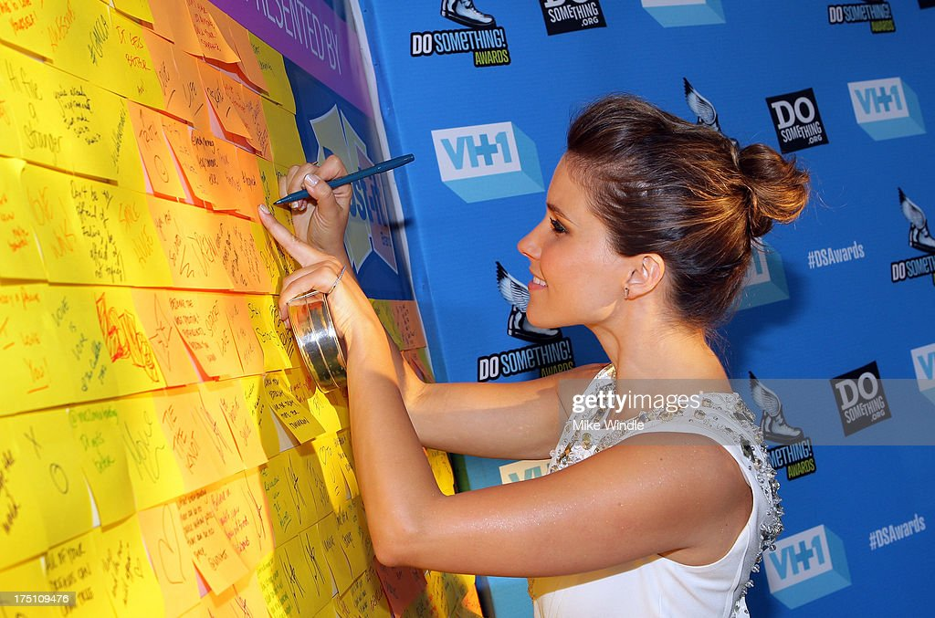 Host <a gi-track='captionPersonalityLinkClicked' href=/galleries/search?phrase=Sophia+Bush&family=editorial&specificpeople=203180 ng-click='$event.stopPropagation()'>Sophia Bush</a> writes messages of positivity on the Post-it Brand Wall in support of DoSomething.org at VH1's 2013 Do Something Awards at Avalon on July 31, 2013 in Hollywood, California.