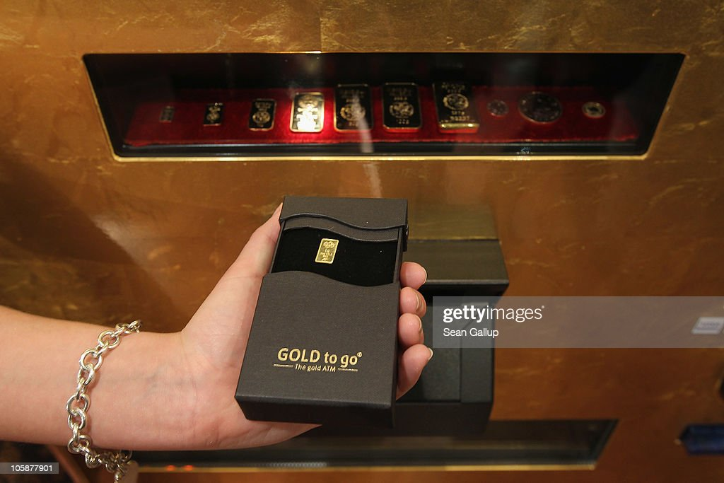 berlin 39 s first 39 gold to go 39 vending machine getty images. Black Bedroom Furniture Sets. Home Design Ideas