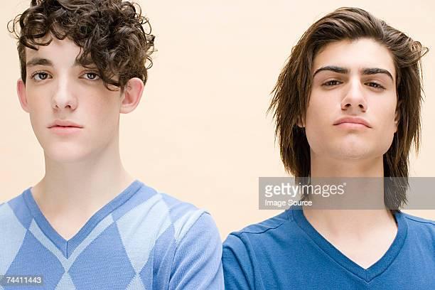 Hostile jeunes hommes