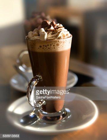 chocolate caliente con malvaviscos y crema : Foto de stock