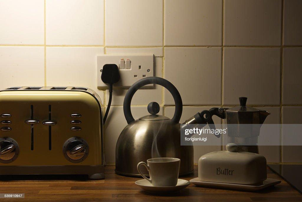 Taza de café caliente por la mañana temprano, en mi cocina : Foto de stock