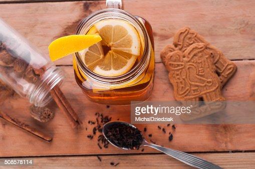 Speziato calda di tè in barattolo di vetro sul tavolo di legno : Foto stock